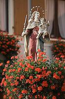 Europe/France/Alsace/68/Haut-Rhin/ Westhalten: Statue de la vierge dominant une  vieille fontaine du village