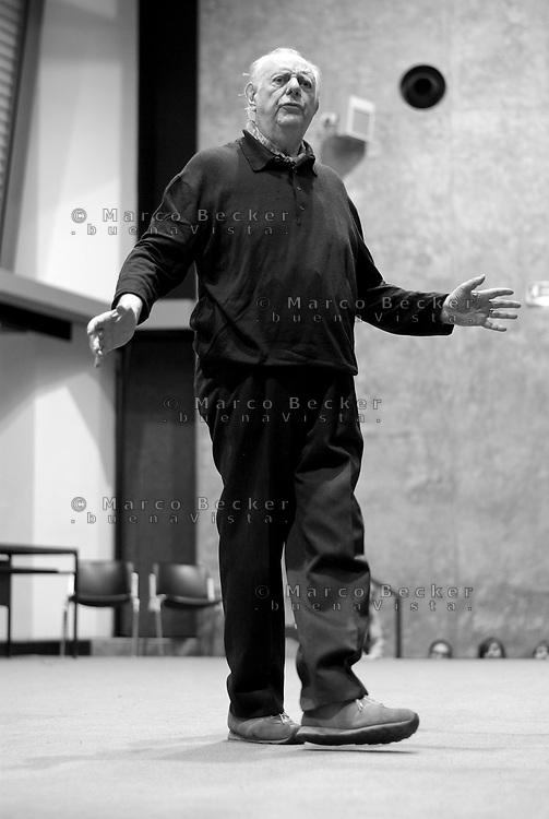 milano, il premio nobel dario fo, a sostegno della lotta contro la riforma dell'istruzione, parla agli studenti all'università statale --- milan, the nobel prize Dario Fo speaks to the students at the state university, in support of the fight against the school reform of the education minister
