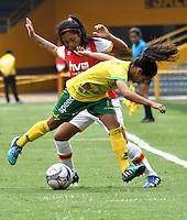 BOGOTA - COLOMBIA - 26-02-2017: Maria Morales (Izq.) jugadora de Independiente Santa Fe disputa el balón con Karla Torres (Der.) jugadora de Atletico Huila, durante partido por la fecha 2 entre Independiente Santa Fe y Atletico Huila, de la Liga Femenina Aguila 2017, en el estadio Nemesio Camacho El Campin de la ciudad de Bogota. / Maria Morales (L) jugadora of Independiente Santa Fe struggles for the ball with Karla Torres (R) player of Atletico Huila, during a match of the date 2 between Independiente Santa Fe and Atletico Huila, for the Liga Femenina Aguila 2017 at the Nemesio Camacho El Campin Stadium in Bogota city, Photo: VizzorImage / Luis Ramirez / Staff.