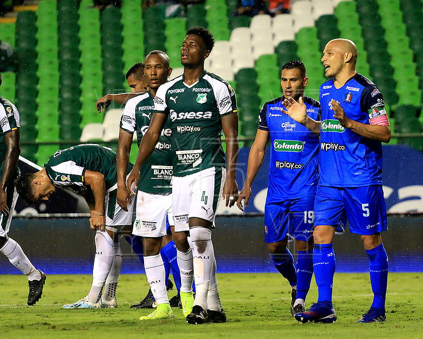 PALMIRA-COLOMBIA, 24-10-2019: Jugadores de Deportivo Cali y Once Caldas, se retiran de la cancha al final del primer tiempo, durante partido entre Deportivo Cali y Once Caldas de la fecha 19 por la Liga Águila II 2019  jugado en el estadio Deportivo Cali (Palmaseca) de la ciudad de Palmira. / Players of Deportivo Cali and Once Caldas, leave the field at the end of the first time, during a match between Deportivo Cali and Once Caldas of the 19th date for the Aguila Leguaje II 2019 played at the Deportivo Cali (Palmaseca) stadium in Palmira city. Photo: VizzorImage / Nelson Ríos / Cont.