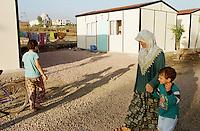 Nach dem Erdbeben im August in der Tuerkei leben tausende Menschen in Zeltlagern und Behilfszelten.<br /> Hier: Da staatliche Hilfe nur zoegernd oder gar nicht kommt, hat der Besitzere des privaten TV-Senders Kanal 7, Deniz Feneri, durch seine Stiftung, die Deniz Feneri Dernegi, in Yuvacik-Koey ein Hüttendorf errichten lassen. Im Hintergrund die zerstoerten Reste einiger Haeuser und einer Moschee.<br /> 14.10.1999, Yuvacik-Koey/Tuerkei<br /> Copyright: Christian-Ditsch.de<br /> [Inhaltsveraendernde Manipulation des Fotos nur nach ausdruecklicher Genehmigung des Fotografen. Vereinbarungen ueber Abtretung von Persoenlichkeitsrechten/Model Release der abgebildeten Person/Personen liegen nicht vor. NO MODEL RELEASE! Nur fuer Redaktionelle Zwecke. Don't publish without copyright Christian-Ditsch.de, Veroeffentlichung nur mit Fotografennennung, sowie gegen Honorar, MwSt. und Beleg. Konto: I N G - D i B a, IBAN DE58500105175400192269, BIC INGDDEFFXXX, Kontakt: post@christian-ditsch.de<br /> Bei der Bearbeitung der Dateiinformationen darf die Urheberkennzeichnung in den EXIF- und  IPTC-Daten nicht entfernt werden, diese sind in digitalen Medien nach §95c UrhG rechtlich geschützt. Der Urhebervermerk wird gemaess §13 UrhG verlangt.]