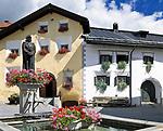 Schweiz, Graubuenden, Unterengadin, Bad Scuol: Mineralwasserbrunnen im Ortskern | Switzerland, Graubuenden, Lower Engadin, Scuol: mineral water fountain at village centre