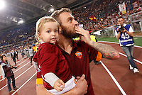 Calcio, Serie A: Roma vs Palermo. Roma, stadio Olimpico, 31 maggio 2015.<br /> Roma's Daniele De Rossi greets fans as he holds his daughter Olivia in his arms at the end of the Italian Serie A football match between Roma and Palermo at Rome's Olympic stadium, 31 May 2015.<br /> UPDATE IMAGES PRESS/Riccardo De Luca