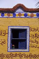 Afrique/Egypte/Env de Louxor/Ancienne Thèbes/El Go Rno: Maison d'un habitant qui a fait le pélerinage à la Mecque - Détail de fenêtre de maison