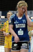 1. Bundesliga Handball Frauen - Punktspiel HC Leipzig (HCL) : DJK / MJC Trier - Arena Leipzig - im Bild: Louise Lyksborg brachte eine Gegenspielerin zu Fall, doch der Schiri sah es anders und gibt der Spielerin aus Trier die gelbe Karte - Sara Eriksson ist sichtlich amüsiert über die Entscheidung. Foto: Norman Rembarz ..