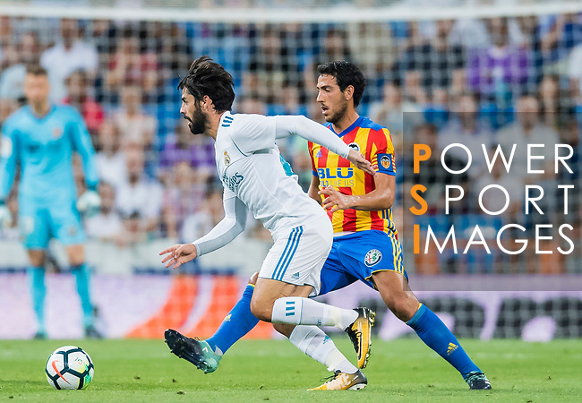 Isco Alarcon (l) of Real Madrid fights for the ball with Daniel Parejo Munoz of Valencia CF during their La Liga 2017-18 match between Real Madrid and Valencia CF at the Estadio Santiago Bernabeu on 27 August 2017 in Madrid, Spain. Photo by Diego Gonzalez / Power Sport Images