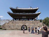 Altes Stadttor TaeDong Mun, Pyongyang, Nordkorea, Asien<br /> Ild city gate TaeDongMun, Pyongyang,, North Korea, Asia
