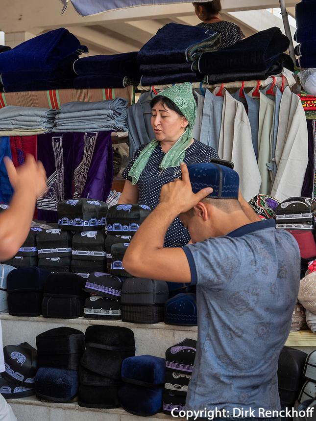 traditionelle Mützen auf dem Basar, Samarkand, Usbekistan, Asien<br /> traditional caps, Bazaar in Samarkand, Uzbekistan, Asia