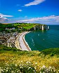 Frankreich, Normandie, Département Seine-Maritime, Etretat: Stadt, Strand und Kreidefelsen   France, Normandy, Département Seine-Maritime, Etretat: Town and Beach Overview