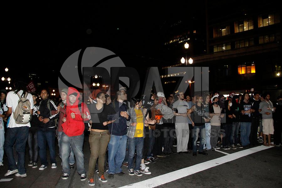 SÃO PAULO, SP, 03 DE MARÇO DE 2011 – MANIFESTAÇÃO TARIFA DE ÔNIBUS - Manifestantes do Movimento Passe Livre protestam contra o aumento da tarifa de ônibus de R$ 2,70 para R$ 3 em frente à Prefeitura de São Paulo, no centro da cidade nesta quinta-feira. (FOTO: WILLIAM VOLCOV / NEWS FREE).
