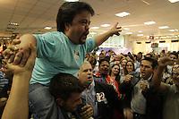ATENCAO EDITOR FOTO EMBARGADA PARA VEICULO INTERNACIONAL <br /> CURITIBA, PR, 28 DE OUTUBRO DE 2012 – GUSTOVO FRUET – O ator Claudinho Castro comemora a eleição de Gustavo Fruet a Prefeitura de Curitiba. O candidato do PDT deve pouco mais de 60% dos votos. (FOTO: ROBERTO DZIURA JR./ BRAZIL PHOTO PRESS)