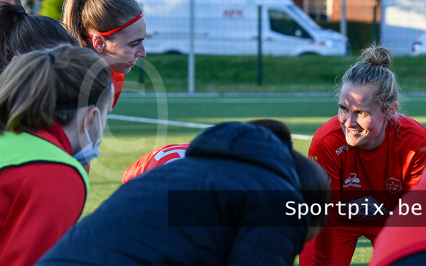 Stefanie Deville (3) of Woluwe (R) pictured at the huddle before a female soccer game between  Racing Genk Ladies and White Star Woluwe on the 8 th matchday of play off 2 in the 2020 - 2021 season of Belgian Scooore Womens Super League , tuesday 18 th of May 2021  in Genk , Belgium . PHOTO SPORTPIX.BE | SPP | JILL DELSAUX