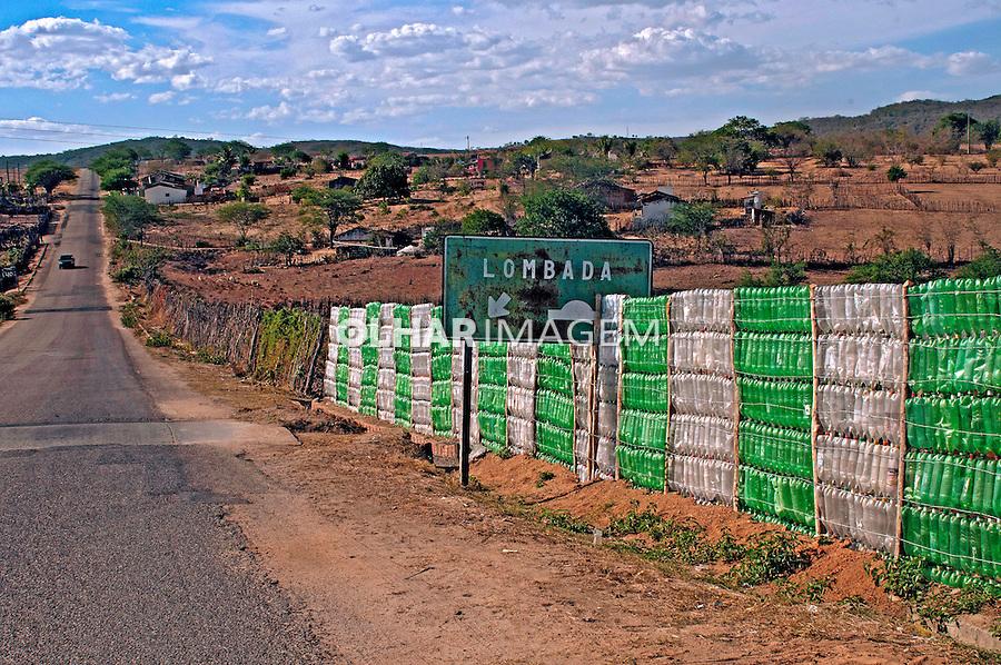 Cerca de material reciclavel, garrafas pet. Gravata dos Gomes. Pernambuco. 2013. Foto de Joao Urban.