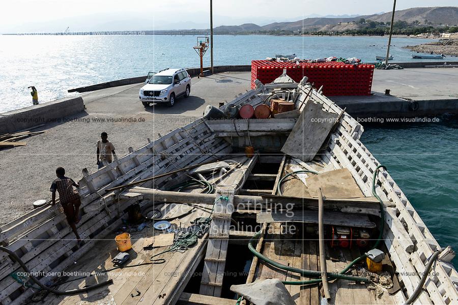 DJIBOUTI Tadjourah, old port, cargo dhow transporting goods on red sea / DSCHIBUTI Tadjourah, Hafen, altes Dhau Schiff aus Holz
