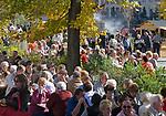 Italien, Suedtirol, Meran: waehrend des Traubenfestivals sind in der Altstadt viele Menschen unterwegs und geniessen die angebotenen lokalen Leckereien | Italy, South-Tyrol, Alto Adige, Merano: Spa Promenade during wine festival, many people are enjoying the local treats