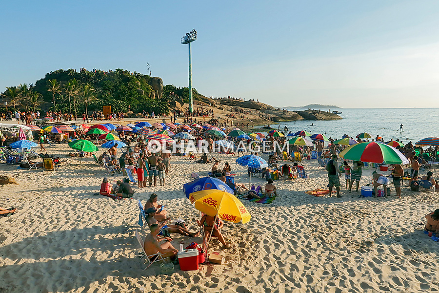 Banhistas na praia do Arpoador, Rio de Janeiro. 2019. Foto Juca Martins