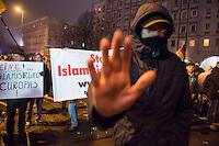 """Etwa 200 Anhaenger des Berliner Ablegers rechten Pegida-Bewegung, Baergida, versammelten sich am Montag den 5. Januar 2015 in Berlin zu einer Demonstration gegen eine angebliche Islamisierung Deutschlands und dagegen, dass """"in 30 Jahren in Deutschland die Sharia herrscht"""", so der Organisator Karl Schmitt.Bis zu 5.000 Menschen protestierten gegen den rechten Ausmarsch und blockierten bei Regen die Marschroute mehrere Stunden. Die Polizei schaffte es nicht mit koerperlicher Gewalt die Blockade zu beenden, so dass die Rechten nach drei Stunden nach Hause gehen mussten. Die Baergida-Anhaenger, """"Berlin gegen die Islamisierung des Abendlandes"""", feierten dies aber dennoch als Sieg. Waren zur ersten Baergida-Aktion eine Woche zuvor nur 5 Menschen gekommen.<br /> Unter den Anhaengern von Baergida waren viele bekannte militante Neonazis und Hooligans sowie Mitglieder der Rechtsparteien AfD und Pro Deutschland und der rechtsradikalen German Defense League. Immer wieder wurde skandiert """"Luegenpresse, auf die Fresse"""" und dass die Journalisten nach Israel verschwinden sollen.<br /> Im Bild: Ein vermummter Rechter versucht Fotoaufnahmen zu verhindern.<br /> 5.1.2015, Berlin<br /> Copyright: Christian-Ditsch.de<br /> [Inhaltsveraendernde Manipulation des Fotos nur nach ausdruecklicher Genehmigung des Fotografen. Vereinbarungen ueber Abtretung von Persoenlichkeitsrechten/Model Release der abgebildeten Person/Personen liegen nicht vor. NO MODEL RELEASE! Nur fuer Redaktionelle Zwecke. Don't publish without copyright Christian-Ditsch.de, Veroeffentlichung nur mit Fotografennennung, sowie gegen Honorar, MwSt. und Beleg. Konto: I N G - D i B a, IBAN DE58500105175400192269, BIC INGDDEFFXXX, Kontakt: post@christian-ditsch.de<br /> Bei der Bearbeitung der Dateiinformationen darf die Urheberkennzeichnung in den EXIF- und  IPTC-Daten nicht entfernt werden, diese sind in digitalen Medien nach §95c UrhG rechtlich geschuetzt. Der Urhebervermerk wird gemaess §13 UrhG verlangt.]"""