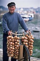 Europe/France/Bretagne/29/Finistère/Léon/Roscoff: Paul Caroff, un des derniers Johnnies, vendeur ambulant d'oignon rose de Roscoff [Non destiné à un usage publicitaire - Not intended for an advertising use]
