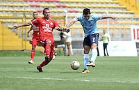 BOGOTA - COLOMBIA -03 -04-2016: Yorman Rueda (Izq.) jugador de Fortaleza FC, disputa el balón con Roberto Ovelar (Der.) jugador de Atletico Junior durante partido entre Fortaleza FC y Atletico Junior por la fecha 11 de la Liga Aguila I-2016, jugado en el estadio Metropolitano de Techo de la ciudad de Bogota. / Yorman Rueda (L) player of Fortaleza FC  vies for the ball with Roberto Ovelar (R) player of Atletico Junior during a match between Fortaleza FC and Atletico Junior for the  date 11 of the Liga Aguila I-2016 at the Metropolitano de Techo Stadium in Bogota city, Photo: VizzorImage  / Luis Ramirez / Staff.