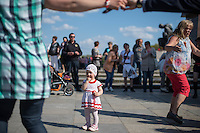 Tausende Menschen gedachten am 9. Mai 2016 in Berlin der Befreiung Deutschland von der Nationalsozialistischen Diktatur. Sie gedachten der gefallenen russichen Soldaten am sowjetischen Ehrenmal in Berlin-Treptow.<br /> Das Gedenken hatte zu Teil Volksfestcharakter mit Mummenschanz. Kinder waren als Sowjetsoldaten verkleidet, Bollerwagen waren mit Stalin-Aufklebern versehen und nationalistische Fahnen geschwenkt.<br /> Im Bild: Frauen tanzen zu russischer Folkloremusik.<br /> 9.5.2016, Berlin<br /> Copyright: Christian-Ditsch.de<br /> [Inhaltsveraendernde Manipulation des Fotos nur nach ausdruecklicher Genehmigung des Fotografen. Vereinbarungen ueber Abtretung von Persoenlichkeitsrechten/Model Release der abgebildeten Person/Personen liegen nicht vor. NO MODEL RELEASE! Nur fuer Redaktionelle Zwecke. Don't publish without copyright Christian-Ditsch.de, Veroeffentlichung nur mit Fotografennennung, sowie gegen Honorar, MwSt. und Beleg. Konto: I N G - D i B a, IBAN DE58500105175400192269, BIC INGDDEFFXXX, Kontakt: post@christian-ditsch.de<br /> Bei der Bearbeitung der Dateiinformationen darf die Urheberkennzeichnung in den EXIF- und  IPTC-Daten nicht entfernt werden, diese sind in digitalen Medien nach §95c UrhG rechtlich geschuetzt. Der Urhebervermerk wird gemaess §13 UrhG verlangt.]