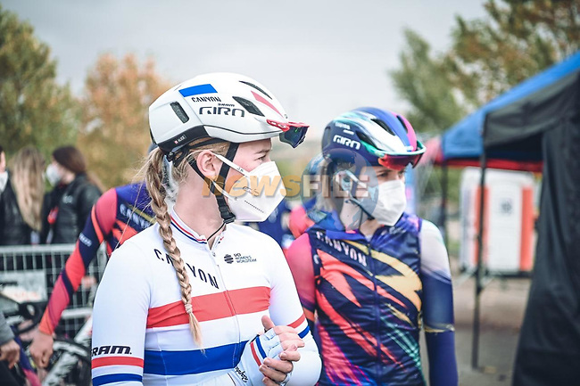 British Champion Alice Barnes (GBR) and Canyon/SRAM Racing at sign on before the start of Stage 1 of the CERATIZIT Challenge by La Vuelta 2020, running 82.8km from Toledo to Escalona, Spain. 6th November 2020.<br /> Picture: Antonio Baixauli López/BaixauliStudio | Cyclefile<br /> <br /> All photos usage must carry mandatory copyright credit (© Cyclefile | Antonio Baixauli López/BaixauliStudio)