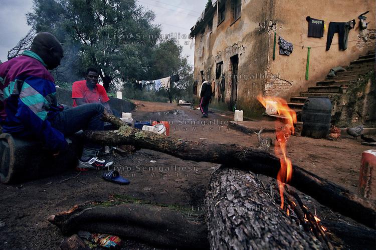 Rosarno / Calabria / Italia<br /> Immigrati impegnati nella piana di Gioia Tauro per la raccolta degli agrumi <br /> accampati fra le rovine di una fattoria abbandonata. Le condizioni di vita sono molto dure e sono vittime dello sfruttamento da parte della malavita organizzata. Sono assistiti da volontari della Caritas e team sanitari Medici senza Frontiere<br /> Illegal immigrants living in abandoned farms. Working in black. They collect citrus in the Plain of Gioia Tauro. The living conditions are very hard and are victims of exploitation by organized crime. They are assisted by Caritas volunteers and MSF medical teams. <br /> Photo Livio Senigalliesi