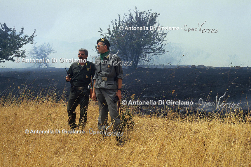 Forestali durante le azioni di spegnimento di un incendio..Forestry activities during the shutdown of a fire......