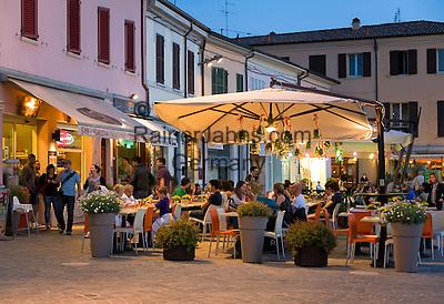 Italy, Emilia-Romagna, Cesenatico: resort at the Adriatic Sea, north of Rimini - restaurants at harbour area in the evening   Italien, Emilia-Romagna, Cesenatico: Urlaubsort an der Adria ca. 20 km von Rimini entfernt - Restaurants im Hafengebiet am Abend
