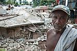 André Bégin, un habitant du quartier bas de Jacmel, devant les ruines de sa maison le 18/01/2010. La ville, à 80km au sud de Port-au-Prince (Haiti), a été durement touchée par le séisme du 12/01/2010.