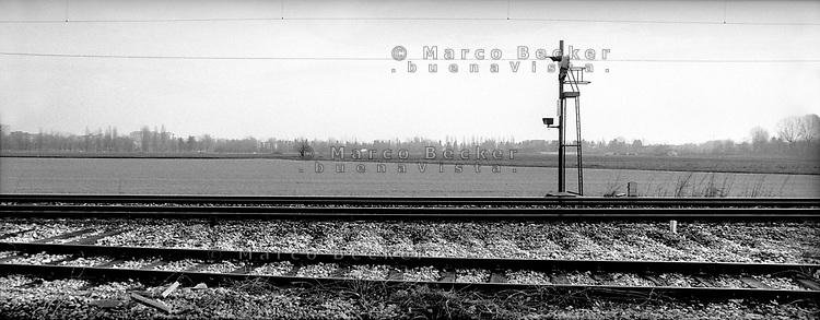 milano, le rotaie della ferrovia al quartiere bruzzano, periferia nord --- milan, railway's rails in bruzzano district, north periphery