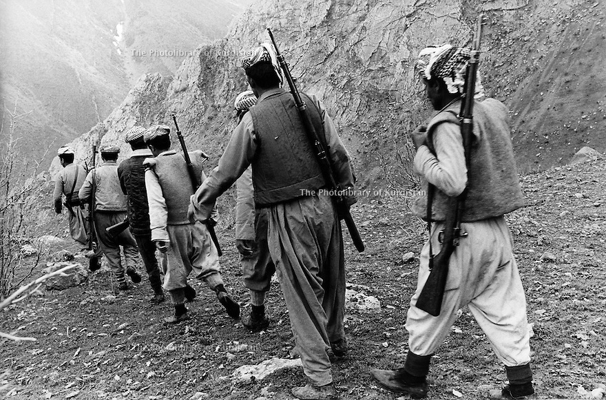 Iraq 1974 <br /> The resumption of hostilities, patrol of peshmergas in the mountains<br /> Irak 1974  <br /> La reprise de la lutte armee, patrouille de peshmergas dans les montagnes