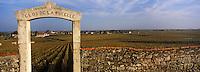 Europe/France/Bourgogne/21/Côte d'Or/Puligny-Montrachet: Portail et vignoble du Clos les Pucelles