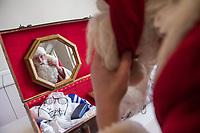 """Pressekonferenz """"Berliner Weihnachtsmann knackt weiter Nuesse"""" am Donnerstag den 8. November 2018.<br /> Die Akteure setzen die Tradition der studentischen Weihnachtsmann- und Weihnachtsdarsteller*innen-Vermittlung fuer den Heiligen Abend und in der Vorweihnachtszeit fort! Wir informieren wo, wann, wie und zu welchen Konditionen Weihnachtsmaenner, -frauen, Engel, Elfen, Nikolaus und Knecht Ruprecht gebucht und bestellt werden koennen.<br /> In diesem Jahr werden ueber das Berliner Studentenwerk keine Weihnachtsmaenner mehr vermittelt, so dass z.B. ueber das Netzwerk Weihnachten e.V. Interessierte zum Weihnachtsfest die Weihnachtsmaenner buchen muessen.<br /> Im Bild: Ein Weihnachtsmanndarsteller bereitet sich auf die Pressekonferenz vor.<br /> 8.11.2018, Berlin<br /> Copyright: Christian-Ditsch.de<br /> [Inhaltsveraendernde Manipulation des Fotos nur nach ausdruecklicher Genehmigung des Fotografen. Vereinbarungen ueber Abtretung von Persoenlichkeitsrechten/Model Release der abgebildeten Person/Personen liegen nicht vor. NO MODEL RELEASE! Nur fuer Redaktionelle Zwecke. Don't publish without copyright Christian-Ditsch.de, Veroeffentlichung nur mit Fotografennennung, sowie gegen Honorar, MwSt. und Beleg. Konto: I N G - D i B a, IBAN DE58500105175400192269, BIC INGDDEFFXXX, Kontakt: post@christian-ditsch.de<br /> Bei der Bearbeitung der Dateiinformationen darf die Urheberkennzeichnung in den EXIF- und  IPTC-Daten nicht entfernt werden, diese sind in digitalen Medien nach §95c UrhG rechtlich geschuetzt. Der Urhebervermerk wird gemaess §13 UrhG verlangt.]"""