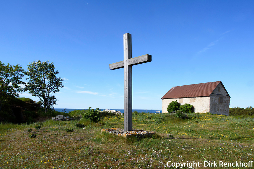 Lagerhaus bei St.Olofsholm auf der Insel Gotland, Schweden, Europa<br /> warehouse and cross at St.Olofsholm, Isle of Gotland Sweden