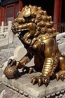 Löwe vor dem Tor der himmlischen Reinheit, Kaiserpalast (Gugong, Verbotene Stadt), Peking (Beijing), China, Unesco-Weltkulturerbe