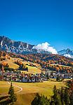 Italien, Suedtirol (Trentino-Alto Adige), Abtei (Badia) vor Fanesgruppe | Italy, South Tyrol (Trentino-Alto Adige), Badia and Gruppo di Fanis mountains