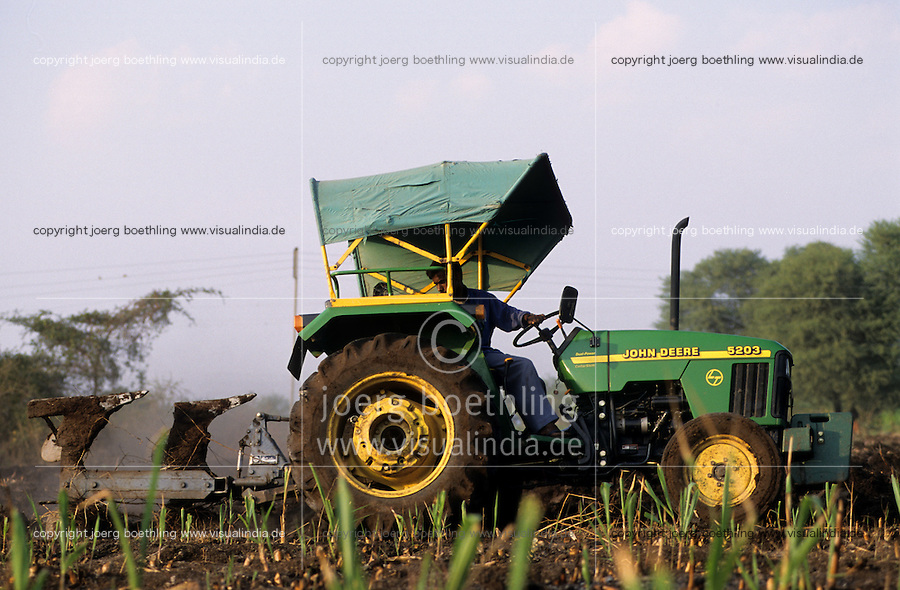 INDIA, training of farmers with John Deere tractor - INDIEN Weiterbildung von Farmern mit John Deere Traktor