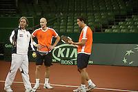 7-2-06, Netherlands, Amsterdam, Daviscup, first round, Netherlands-Russia, training , assistant Coach Hugo Ekker with Melle van Gemerden(m) and John van Lottum(r)