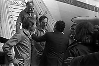 1er vol d'essai de l'Airbus A310, aérodrome Toulouse-Blagnac. 3 avril 1982.<br /> <br /> membres de l'équipage salués à leur descente de l'avion par Bernard Lathière (administrateur-gérant d'Airbus Industrie) de dos ; de g à d. Pierre Baud (copilote) de profil, Gunter Scherer, Jean-Pierre Flamant et Gérard Guyot (ingénieur en vol).