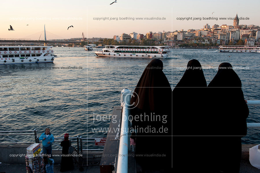 TURKEY Istanbul, veiled muslim women at Golden Horn, view to Galata tower / TUERKEI Istanbul, verschleierte muslimische Frauen am Goldenen Horn