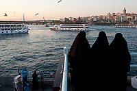 TURKEY Istanbul, veiled muslim women at Golden Horn, view to Galata tower / TUERKEI Istanbul, verschleierte muslimische Frauen am Goldenen Horn