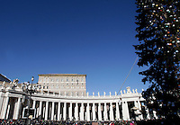 Una veduta di Piazza San Pietro durante la preghiera dell'Angelus recitata da Papa Francesco. Città del Vaticano, 6 gennaio 2017.<br /> A view of St. Peter's square during the Angelus prayer led by Pope Francis from his studio's window, at the Vatican, on January 6, 2017.<br /> UPDATE IMAGES PRESS/Isabella Bonotto<br /> <br /> STRICTLY ONLY FOR EDITORIAL USE