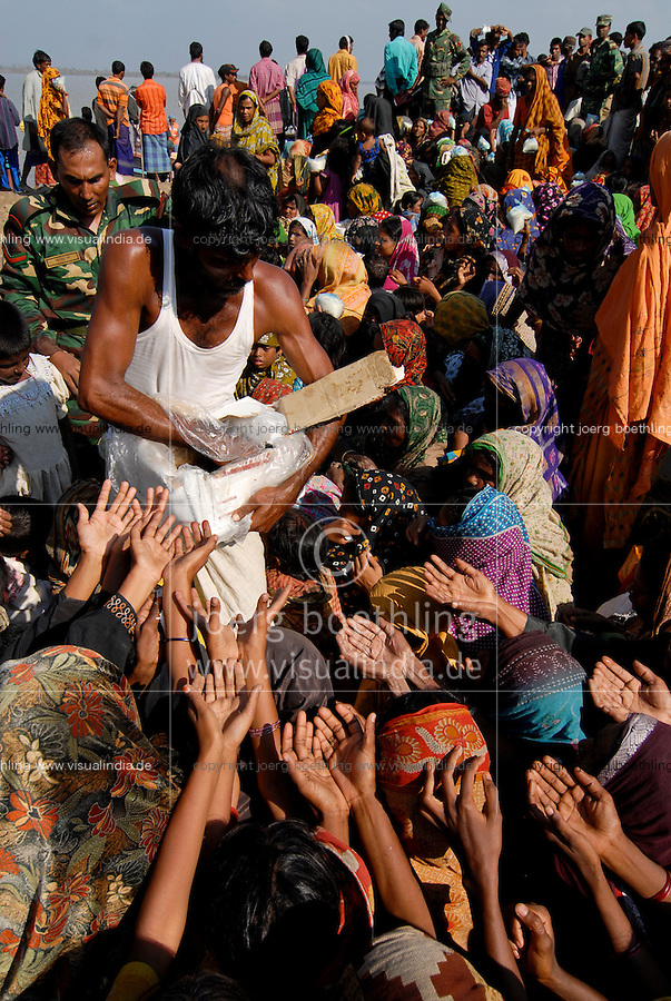 BANGLADESH District Bagerhat , cyclone Sidr and high tide destroy villages in Southkhali at river Balaswar , distribution of relief goods  / BANGLADESCH, der Wirbelsturm Zyklon Sidr und eine Sturmflut zerstoeren Doerfer im Kuestengebiet von South Khali , Menschen erhalten Hilfsgueter und Nahrung