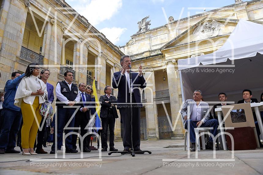 BOGOTA - COLOMBIA, 11-03-2017: Juan Manuel Santos, presidente de Colombia, se dirige a los periodiastas después de acudir a las urnas para participar en las elecciones legislativas de Colombia de 2018 que se realizan hoy, domingo 11 de marzo de 2018m en todo el territorio colombiano. En ellas se eligen los miembros de ambas Cámaras del Congreso en Colombia. En el Senado de la República se elegirán 108 senadores y en la Cámara de Representantes se elegirán 172 parlamentarios. / Juan Manuel Santos, President of Colombia, speech to the journalist after going to the polls to participate in the legislative elections of Colombia in 2018 that take place today, Sunday, March 11, 2018m throughout the Colombian territory. In them, the members of both Houses of Congress in Colombia are elected. In the Senate of the Republic 108 senators will be elected and in the House of Representatives 172 parliamentarians will be elected. Photo: VizzorImage /  Cesar Carrion - SIG