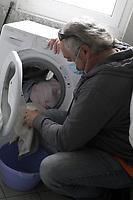 PROGETTO ARCA<br /> Il cohousing di Casa Arca di Roma.<br /> Il bucato in lavatrice.