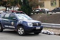 Campinas (22), Acidente-Campinas (SP) - O corpo de um homem foi encontrado na manhã desta quinta-feira (22) boiando no córrego Serafim, que corta toda a extensão da Avenida Orosimbo Maia, em Campinas. Segundo a GM (Guarda Municipal), o homem teria entrado na área do córrego ontem para nadar.