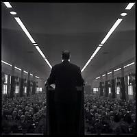 20 Octobre 1965. Vue du public de la salle Jean Mermoz, lors d'un meeting de François Mitterand.