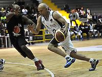 BOGOTA - COLOMBIA - 25-02-2013: Quiroz Zamora (Der.) de Piratas de Bogotá, disputa el balón con Jacob Ceter (Izq.) de Halcones de Cúcuta, febrero 25 de 2013. Piratas y Halcones en tercera partido de  la Liga Directv Profesional de baloncesto en partido jugado en el Coliseo El Salitre. (Foto: VizzorImage / Luis Ramírez / Staff). : Quiroz Zamora (R) of Piratas from Bogota, fights for the ball with Jacob Ceter (R) of Halcones from Cucuta, February 25, 2013. Pirates and Halcones in the third match the Directv Professional League basketball, game at the Coliseum El Salitre. (Photo: VizzorImage / Luis Ramirez / Staff). .