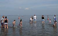 Badegäste an der Nordsee, welche die Abstände wegen Corona gut einhalten - Bensersiel 18.07.2020: Strandbad Bensersiel