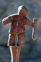 Europe/France/Pays de la Loire/44/Loire-Atlantique/Parc Naturel Régional de Brière/Guérande: Aau pied de la collégiale Saint Aubin les statuettes de Nicolas Fedorenko rappellent le souvenir des Guérandais qui sont enterrés sous la place (où était l'ancien cimetière)  - Sculpture en fer d'un pêcheur